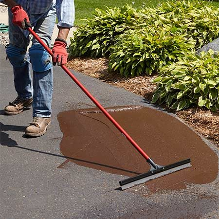 <b>Photo 2: Enlarge the area and smooth</b></br> <p>Pour more filler material onto the pitted area and spread it with a floor squeegee to smooth the surface.</p>