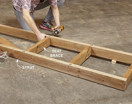 <b>Photo 4: Assemble the seat frame</b></br> Screw the seat frame together with the bevel cuts on both struts facing up.