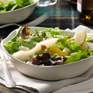 Gorgonzola-Pear Mesclun Salad Recipe